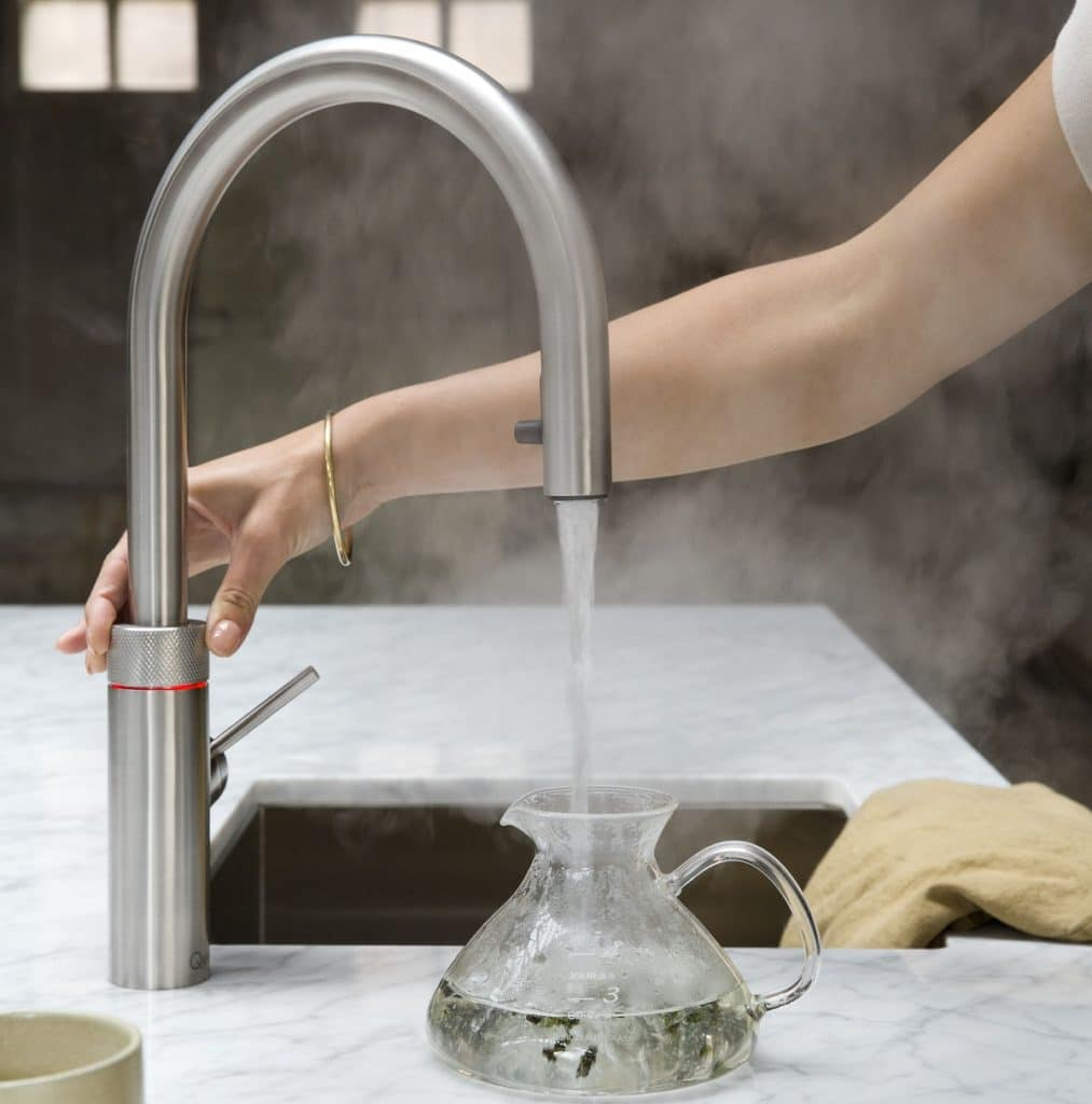 Bisweilen kommen ungeahnte Kosten bei der Küchenplanung dazu. Beispielsweise, weil neue Geräte und Technologien begeistern oder das teurere Material eben oft das wertigere ist. (Foto: Quooker)