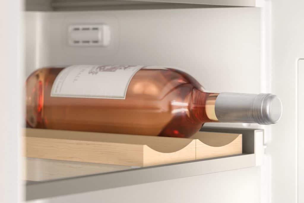 Hochwertige Ablagen für Weinflaschen aus Ahornholz sorgen für eine sichere Lagerung und einen schönen Anblick im Kühlgerät. (Foto: Gaggenau)