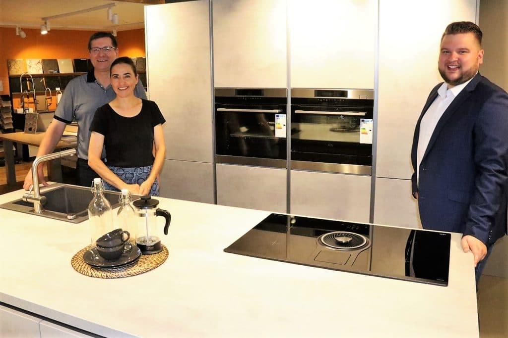 Wir haben die Inhaber des Studios zum digitalen Interview getroffen. V.l.n.r.: Axel Grässle, Belinda Braccini-Grässle und Sebastian Grässle. (Foto: Grässle Küche•Bad•Möbel)