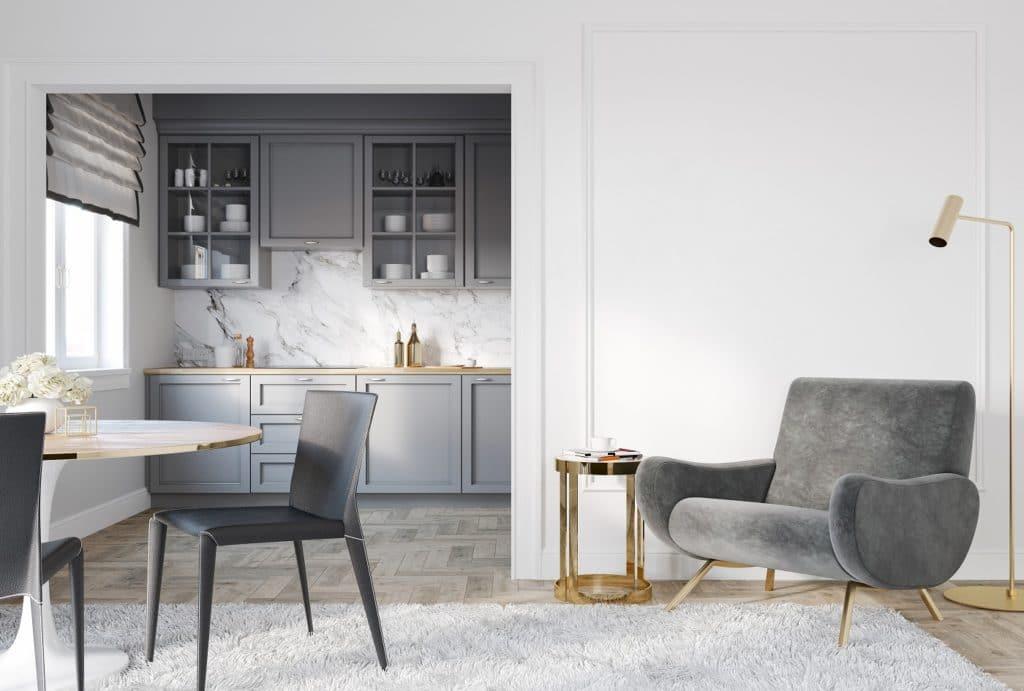 Eine halbeingefasste Küche vermittelt ein Gefühl von Geborgenheit und lässt sich dennoch zum Raum hin öffnen. Farben können raumübergreifend geplant werden. (Foto: stock/ ykvision)