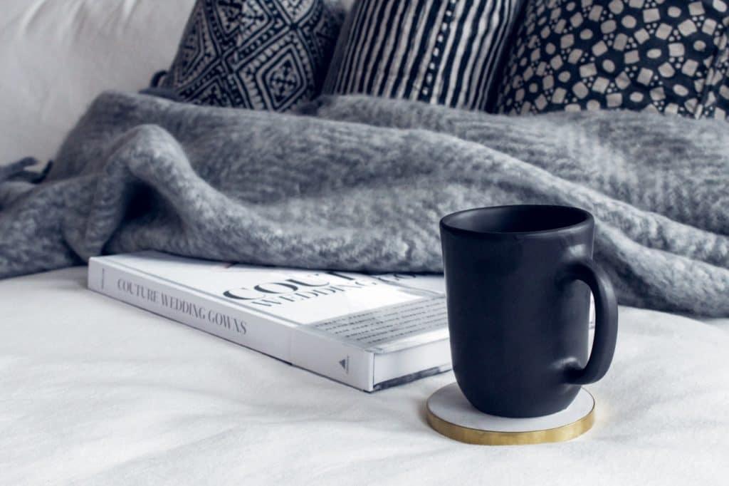 Wohlgefühl bedeutet bei jedem Menschen etwas anderes. Das kann eine warme Decke, eine Tasse Tee und ein gutes Buch sein - aber auch die Freude an exquisiter Kunst oder einer großen Anrichte zum Kochen. (Foto: stock/ Isabelle Taylor)