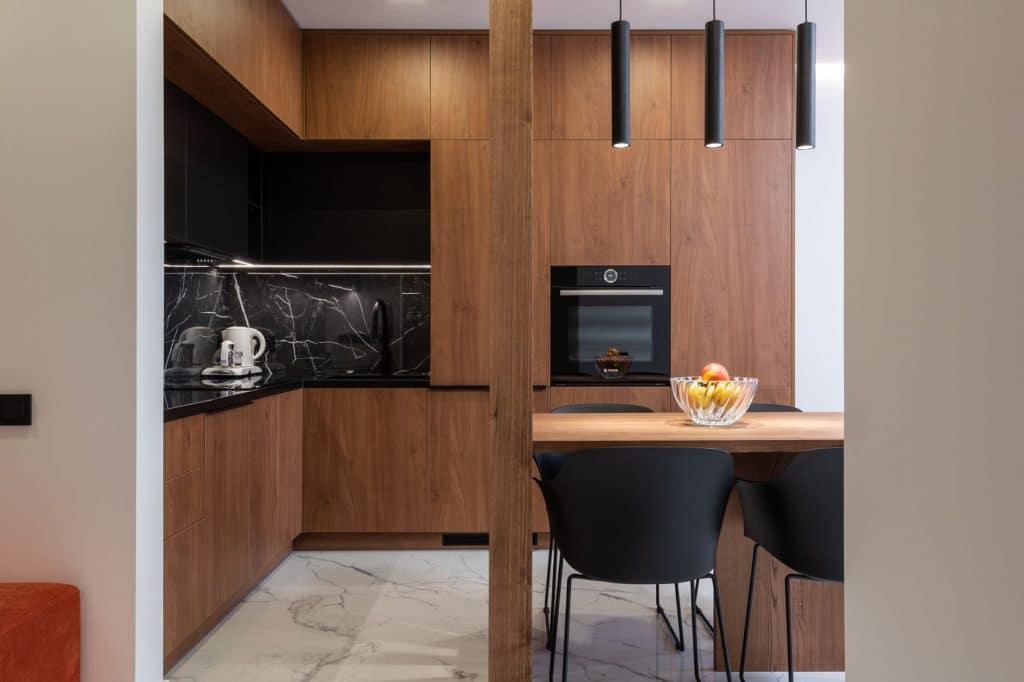 Verschiedene Lichtquellen in der Küche führen dazu, dass die Küche multifunktional genutzt werden kann - nicht nur zum Kochen und Essen. (Foto: stock/ Max Vakhtbovych)