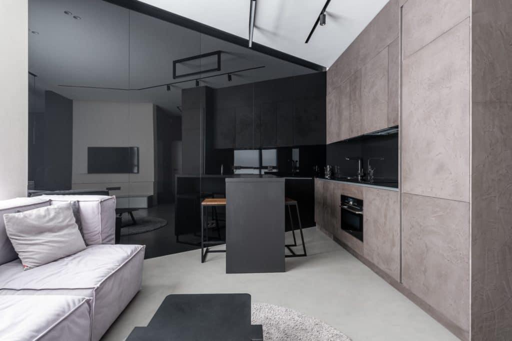 Diese Küche ist minimalistisch, aber leider auch unpersönlich eingerichtet. Es fehlt an Esprit, Charme - und Farben. (Foto: stock/ Max Vakhtbovych)