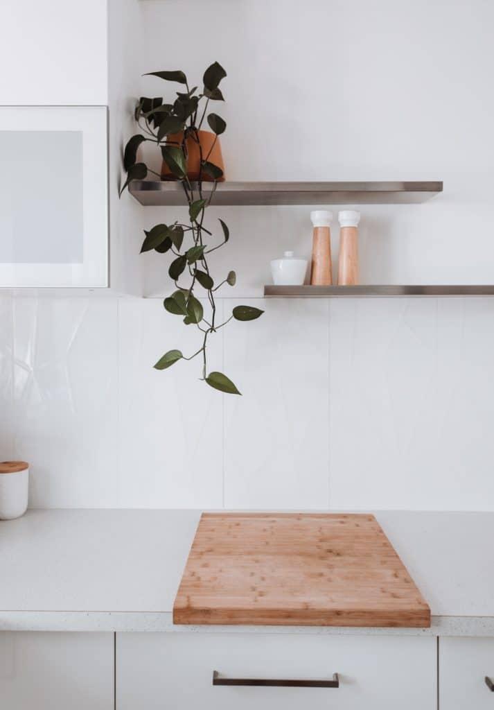 Pflanzen in der Küche setzen frische, wohlwollende Highlights. (Foto: stock/ Rachel Claire)