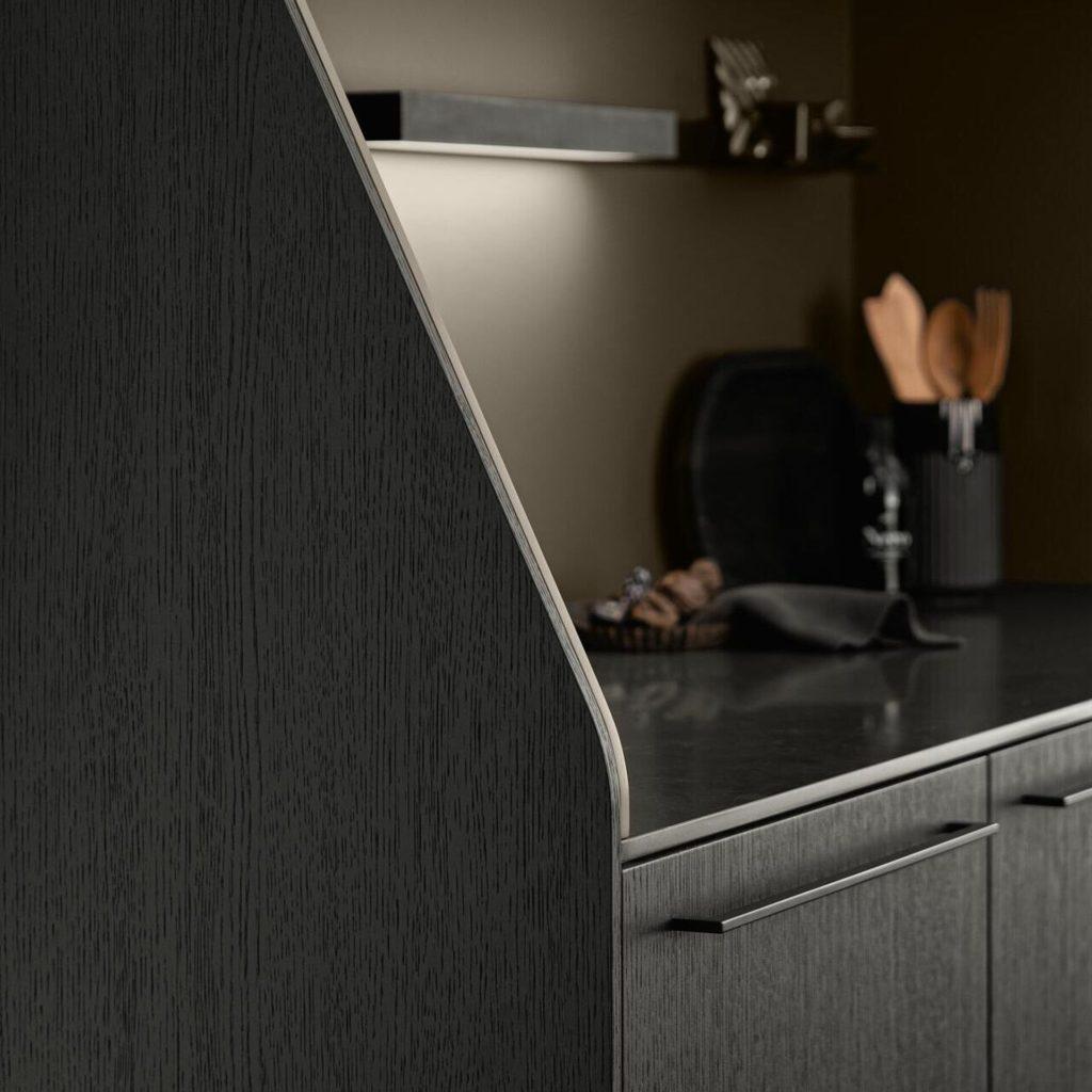Auf präzise Wertarbeit und pflegeleichte, familienfreundliche Oberflächen kann setzen, wer SieMatic'sches Handwerk mit Reproduktionen oder Kunststoff verknüpft. (Foto: SieMatic)