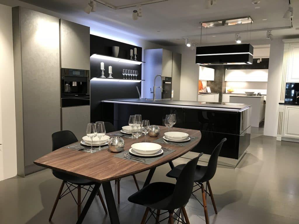 Ein moderner Showroom in Iffezheim nahe Baden-Baden gibt einen Einblick in die angebotenen Produkte rund um Küche, Bad und Wohnen. (Foto: Grässle Küche•Bad•Möbel)
