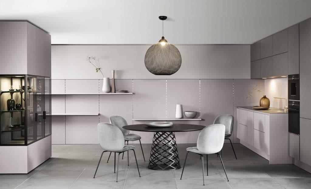 """Feminin zeigt sich dieser Küchenraum in """"Puder"""" und Steingrau. Ob alle der 1.950 Farben bei SieMatic Kund:innen ankommen, wird sich auf Dauer zeigen. (Foto: SieMatic)"""