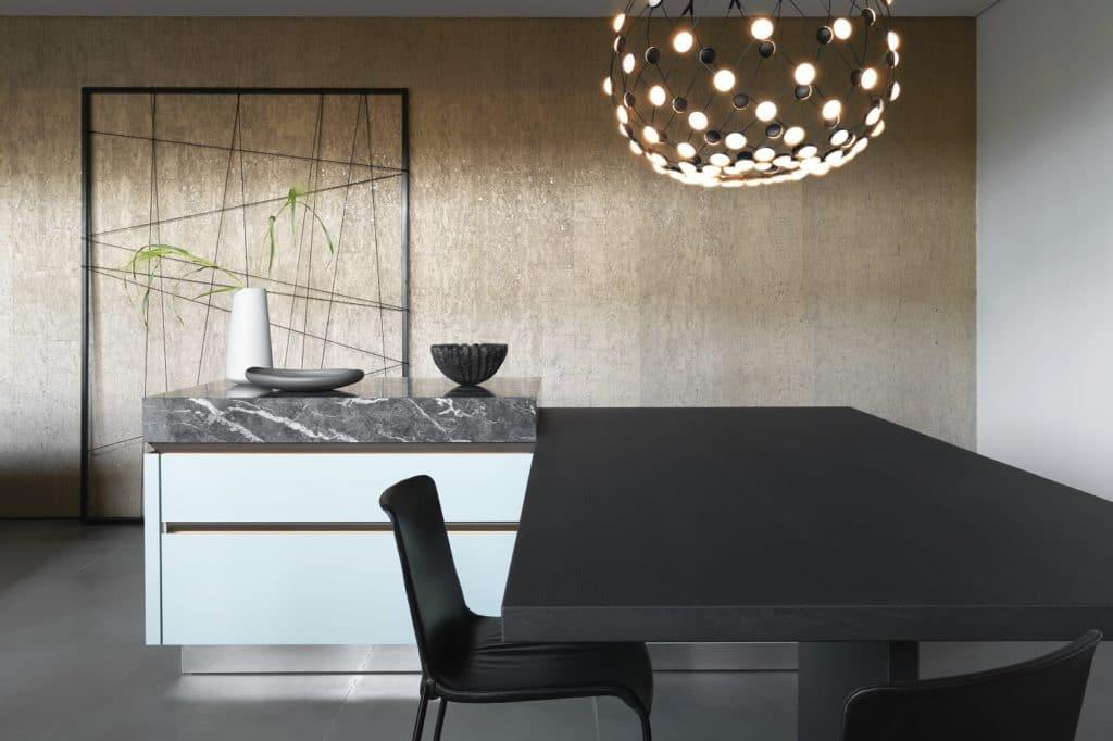 Ein zartes Salbeigrün soll Frische und Juvenilität im Küchenraum vermitteln. Es wird mit gesetztem Goldbronce kombiniert. (Foto: SieMatic)