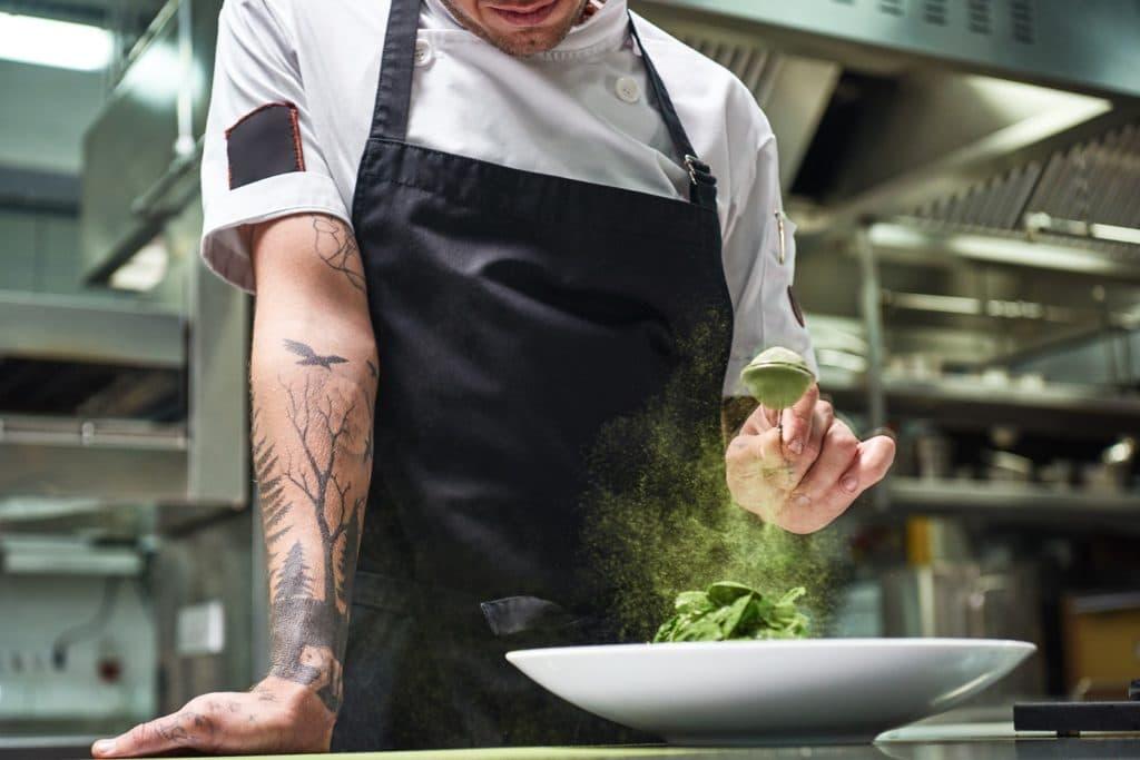 """Konzepte wie """"Chef's Table"""", bei denen Sterneköchen und -köchinnen über die Schulter geschaut wird, haben einen Einfluss auf das private Kaufverhalten. (Foto: stock/ Friends Stock)"""