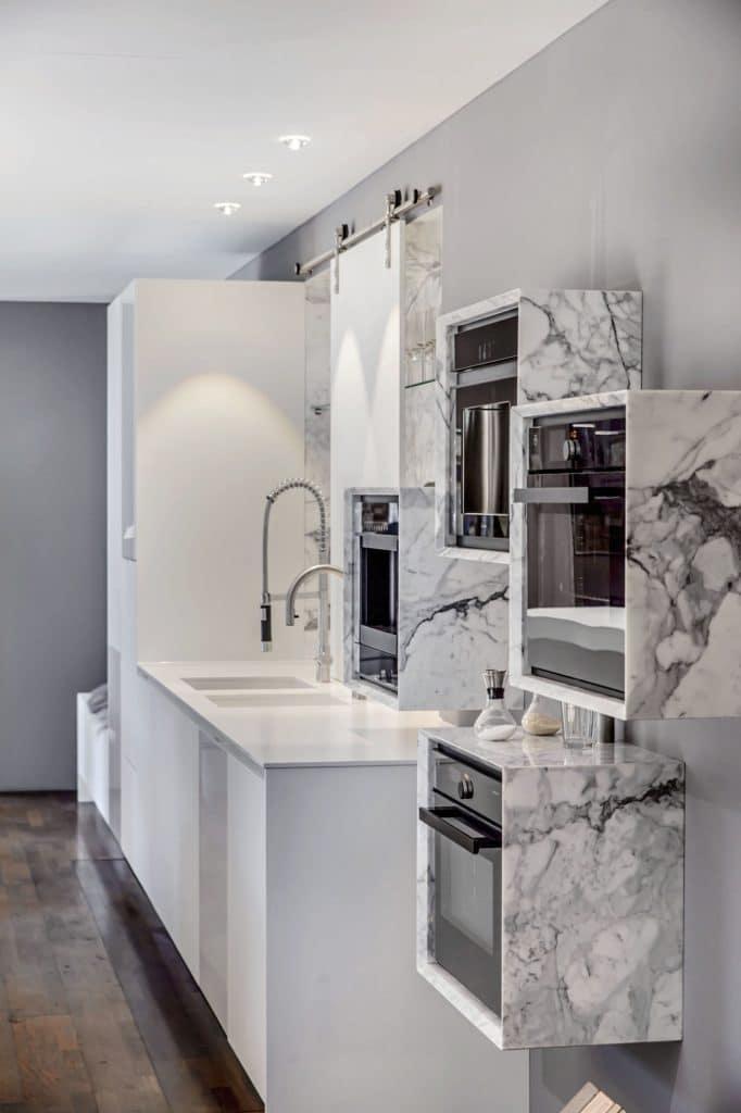 Wandhängende Küchenzeilen oder Kuben für Geräte lassen eine Küche besonders wirken. (Foto: selektionD)