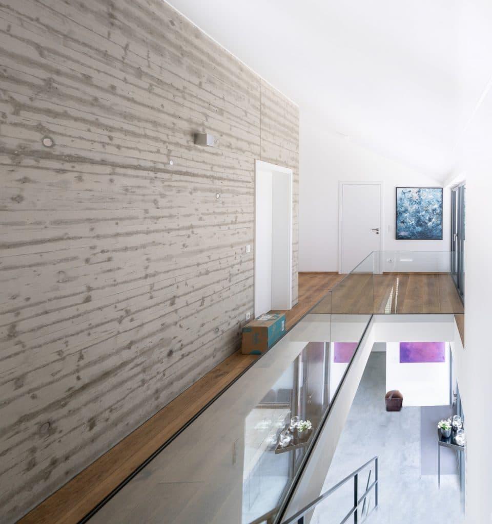 Ein absolut puristisch designtes, makelloses Haus, dem die Kunst einen sehr persönlichen, frischen Anstrich verleiht. (Foto: Thomas Neumann/Küchen&Design Magazin)