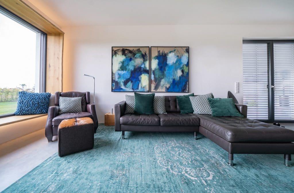 Wenige, kräftige Farben fügen sich zu einem stimmigen und ausdrucksvollen Interieur im Haus der Familie Dolleschel zusammen. Besonders die Sichtachsen - im Raum und auf die Natur - faszinieren. (Foto: Thomas Neumann/Küchen&Design Magazin)