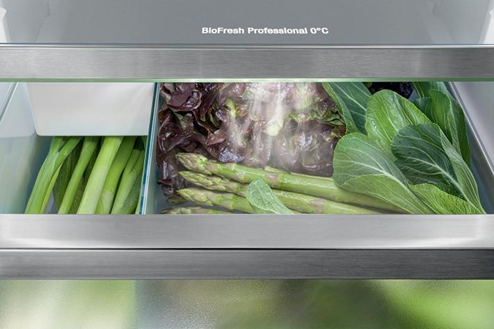 """""""HydroBreeze"""" heißt das Phänomen, bei dem Obst und Gemüse künftig bei jeder Türöffnung bedampft und somit länger feucht und frisch hält. (Foto: Liebherr)"""