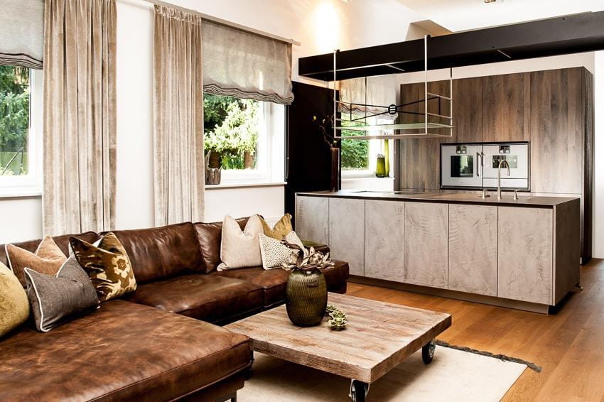 Textilien lassen einen Küchenraum warm und weich wirken. Sie sollten allerdings pflegeleicht waschbar sein. (Foto: Wohndesign Marchl)