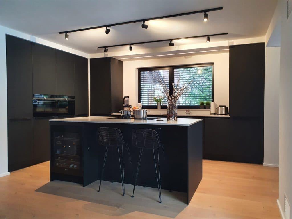 Schwarze Küchen sind ein zeitloser Trend - und im offenen Raum ein starkes Designstatement. (Foto: Dross&Schaffer München Ost)