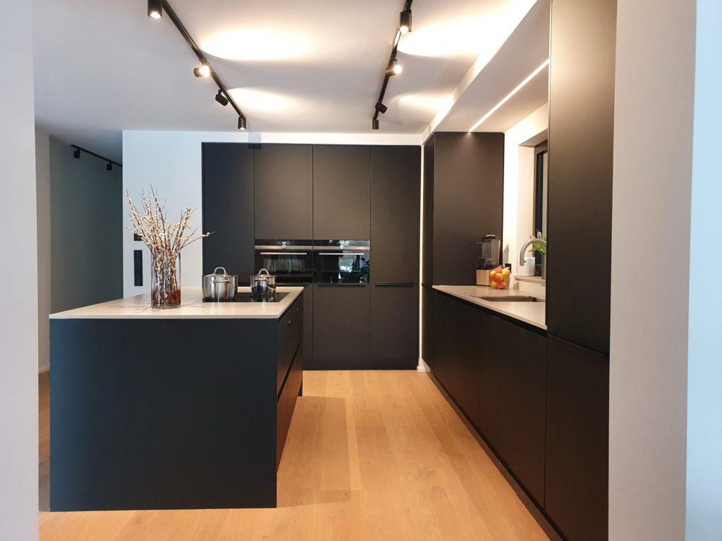 Die Raumgestaltung der Küche wurde in Zusammenarbeit mit Innenarchitekt Gianluca Tellan realisiert. Dadurch passt sich auch die Lichtplanung perfekt an die schwarze Küche an. (Foto: Dross&Schaffer München Ost)