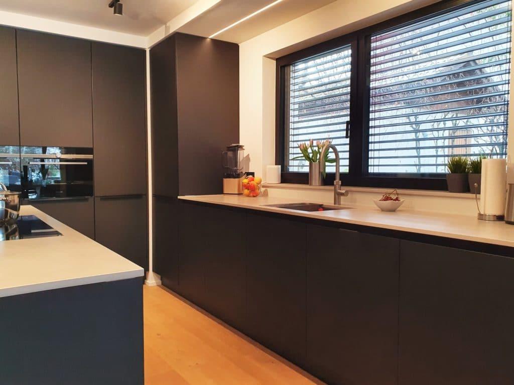 Die schwarze Küche wurde mit HPL Xtreme-Schichtstoff verkleidet, der enorm widerstandsfähig, schmutzabweisend und opak ist. Selbst Fingerabdrücke haben hier keine Chance. (Foto: Dross&Schaffer München Ost)