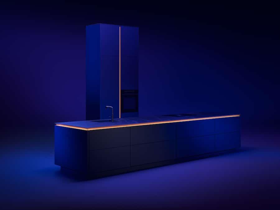 Spannend: 2021 stellt sich Luxusküchenhersteller SieMatic neu auf. Das Modell SLX, u.a. aufgrund seiner umlaufenden, atmosphärisch beleuchteten Griffleiste mehrfach ausgezeichnet, soll eine größere Zielgruppe ansprechen. (Foto: SieMatic)