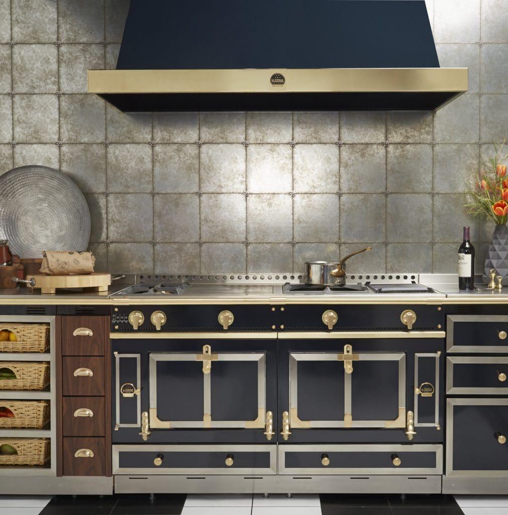 Lieblicher Landhausstil? Nicht in der Normandie! Küchen sind hier oft rustikal aus massivem Holz und Metall verbaut - und spiegeln das raue Küstenklima wider. (Foto: La Cornue)