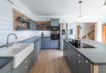 Moderne Landhausküche von Grill & Ronacher