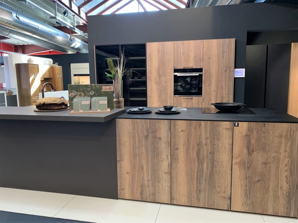Nachhaltige Küchen von Rotpunkt: BioBoard Gen2 zeichnet sich durch eine spezielle Mittelschicht aus, die zu großen Teilen aus recyceltem Holz besteht. (Foto: Küchen&Design Magazin)