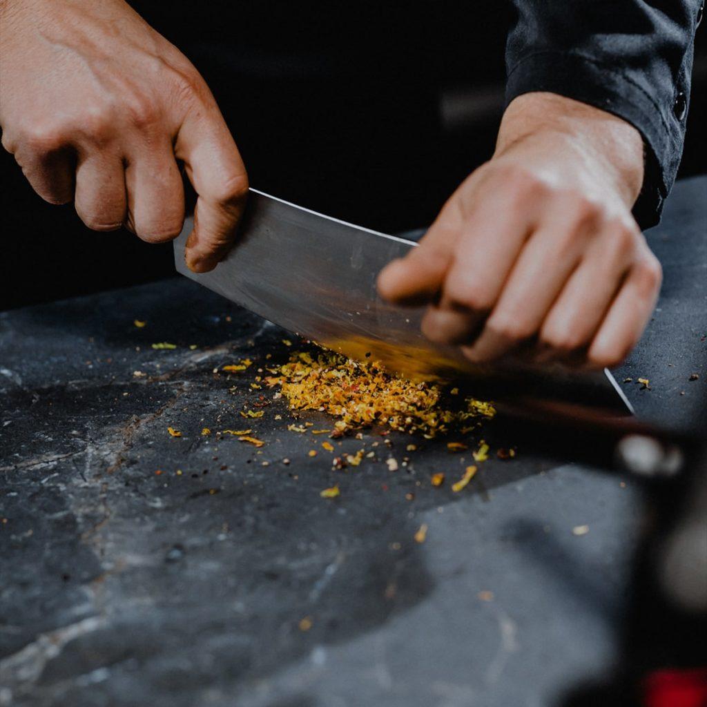 Richtig: Sie dürfen tatsächlich auch mit scharfen Küchenmessern direkt auf einer Keramikarbeitsplatte schneiden. Auf Dauer werden aber die Messer stumpf. (Foto: SapienStone)