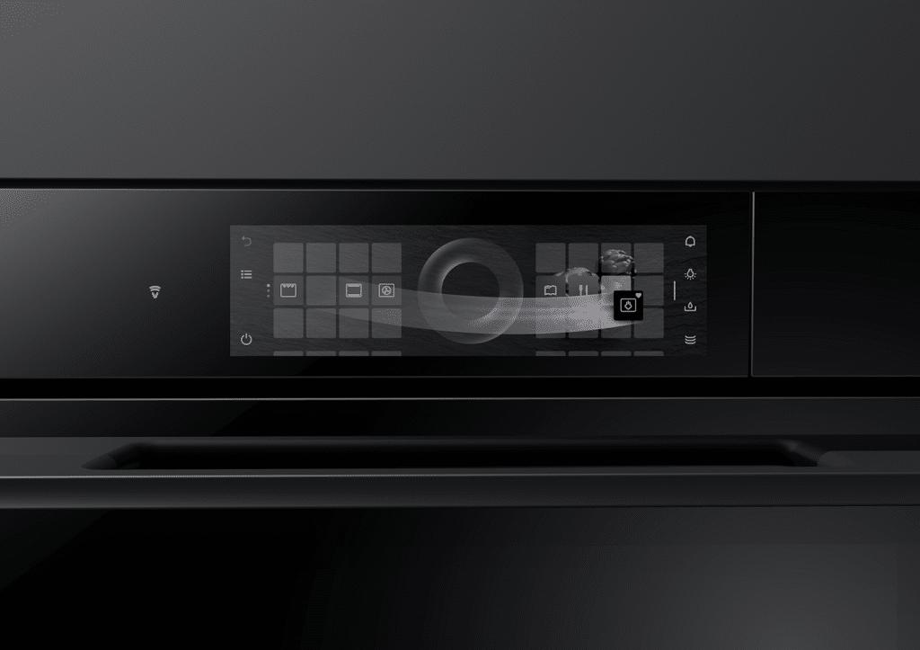Das TouchDisplay eröffnet neue Möglichkeiten der Bedienung: ähnlich wie beim Smartphone lässt es sich intuitiv über Apps bedienen, die man nach Belieben verschieben kann. (Foto: V-ZUG)