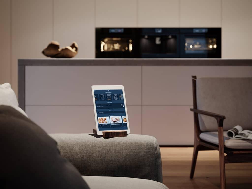 Kabellose Kommunikation ist längst Standard - auch bei allen Geräten der neuen Excellence Line von V-ZUG. Zusätzlich locken spannende Rezeptvorschläge für verschiedene Essgewohnheiten. (Foto: V-ZUG)