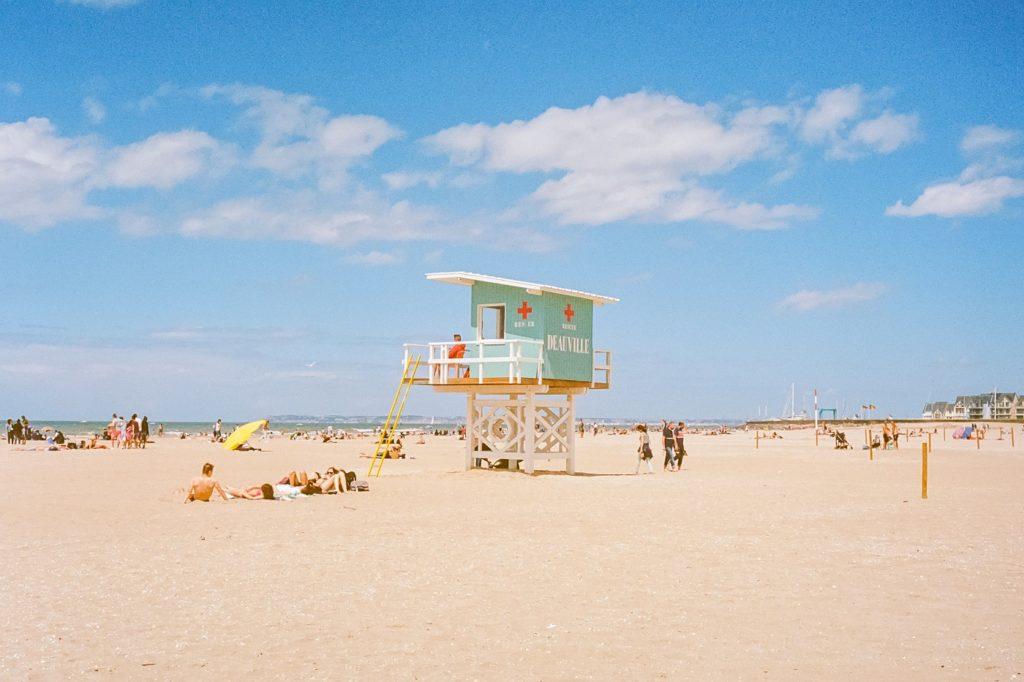 Das französische Strandbad Deauville war bereits in den frühen 1920er Jahren Anlaufpunkt für Pariser Großstädter, die Sonne und Entspannung suchten - auch Coco Chanel prägte hier ihre legendäre Bademode. (Foto: Paul Francois Gapais / stock)