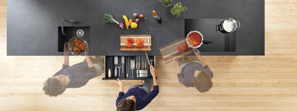 Eine Küche muss heutzutage vielen Ansprüchen gerecht werden - darunter genügend Platz zum Arbeiten und Kochen, aber eben auch Raum für Begegnung und Kommunikation. (Foto: Blum)