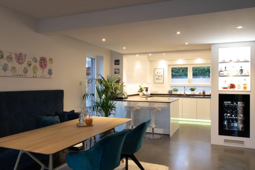 Ein wunderschöner Sitzbereich, der mit der hellen und freundlichen Wohnküche harmoniert, wurde ebenfalls vom Küchenhaus Süd in die Planung integriert. (Foto: Küchenhaus Süd)