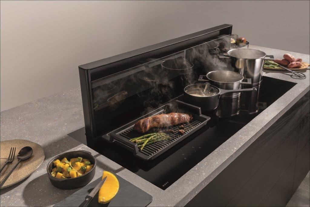 Stolze 1,20 m breit ist dieses Kochfeld - und mit ihm der ausfahrbare Tischlüfter der Novy Panorama 120. Hier kann neben- statt hintereinander gekocht werden. (Foto: Novy)
