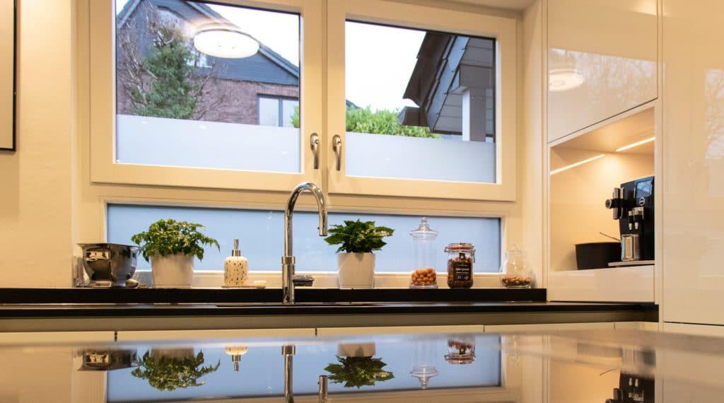 Clever gelöst: der Quooker ersetzt Sodastream, Wasserfilter und Wasserkocher. Mit der richtigen Einbauhöhe lässt sich so zusätzlich das Fenster richtig öffnen. (Foto: Küchenhaus Süd)