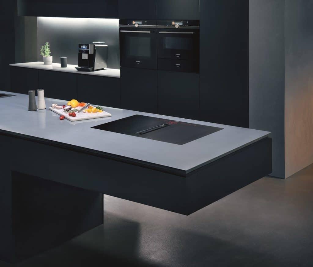 Absolute Präzision und Eleganz: das inductionAir Plus-Kochfeld von Siemens zählt zu den beliebtesten Kochfeld-Dunstabzügen. (Foto: Siemens Hausgeräte)
