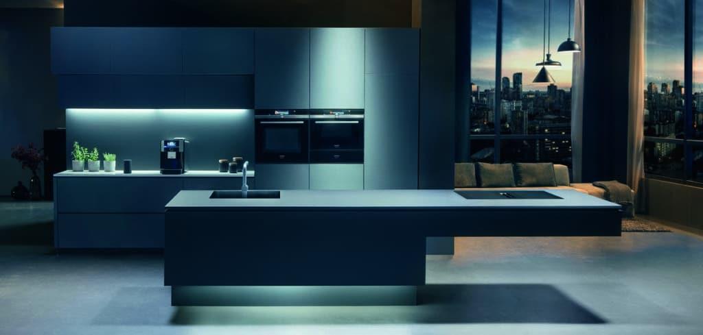 Das inductionAir Plus-Kochfeld wiederum bietet 2 Geräte in einem - und lässt dennoch genügend Stauraum im Korpus darunter zu. (Foto: Siemens Hausgeräte)