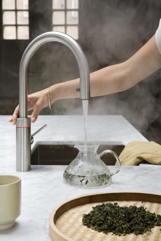 Der kreisrunde Druckknopf am Armaturenhals muss mit Nachdruck zweimal betätigt und aufgedreht werden, bevor das kochende Wasser fließt. Dieser Mechanismus sorgt für äußerste Sicherheit. (Foto: Quooker)
