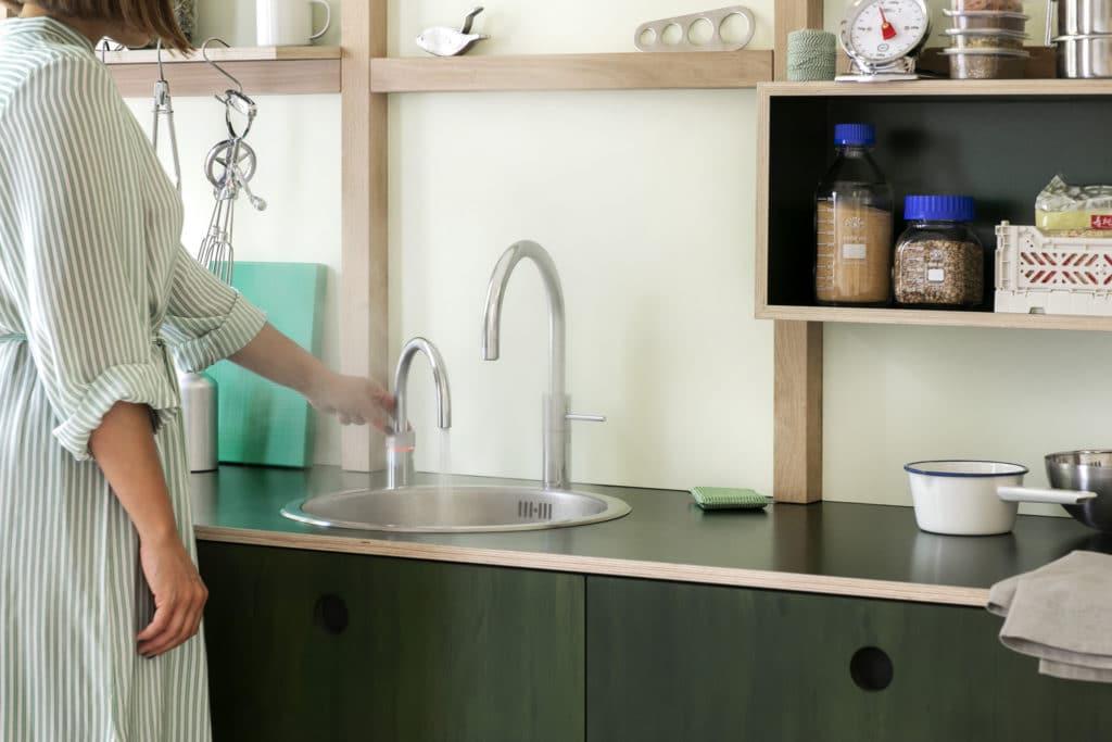 Der kochend heiße Strahl sprüht, um ihn von normalem Wasser unterscheidbar zu machen. Dabei sollte man dennoch auf seine Finger Acht geben. (Foto: Quooker)