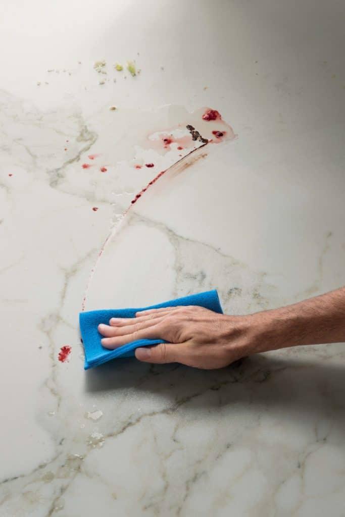 """Küchenoberflächen müssen nur noch oberflächlich von Flüssigkeiten und Flecken gereinigt werden. Den Rest erledigt die Arbeitsplatte """"wie von selbst"""". (Foto: SapienStone)"""