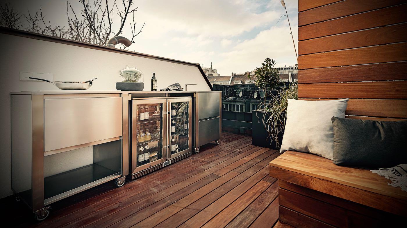 Outdoor Kitchen von Jokodomus: Die kleinen Rollen unter jedem Modul deuten auf einen flexiblen Standort hin; die einzelnen Schübe und Auszüge offenbaren eine kluge Funktionalität zum Kühlen und Aufbewahren von Küchenutensilien für draußen. (Foto: Jokodomus)