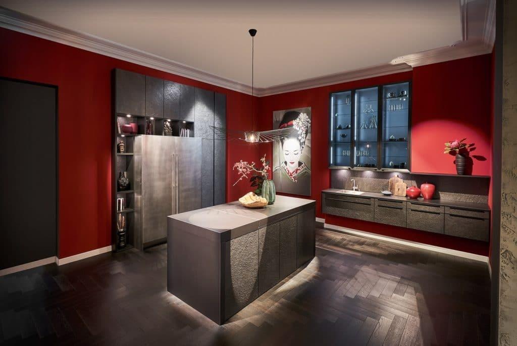Als Ausstellungsküche wie hier bei Häcker ein Hingucker in Rot - im eigenen Küchenraum vielleicht doch eine Spur zuviel. (Foto: Häcker)