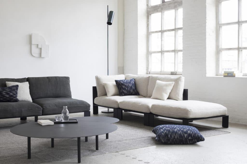 Entspanntes Couchmobiliar, exzentrische Vasen und emotional designte Keramikware zeichnen das Label aus. (Foto: SERAX)