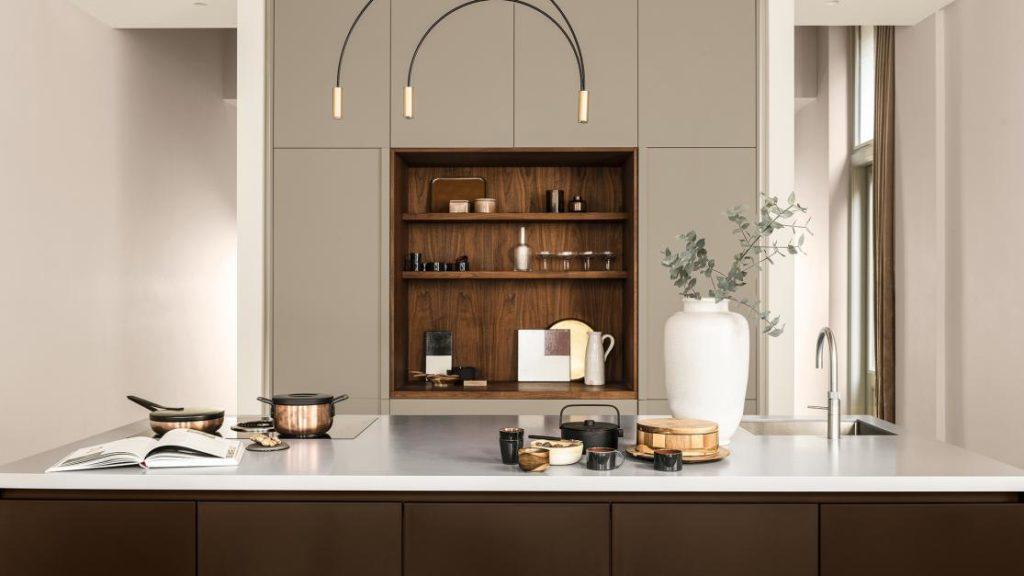 Eine beige Wandfarbe in der Küche kann eine tolle, warme Aura erzeugen - auch bei puristischen, grifflosen Premiumküchen. (Foto: Dulux)