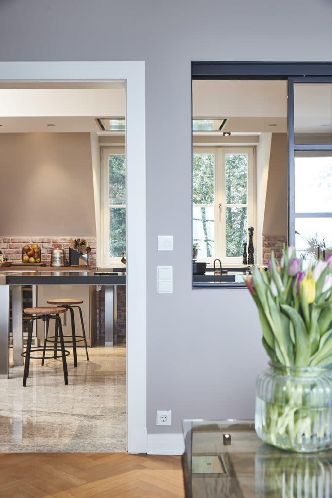 Wandfarben für Küche und Wohnraum sollten frei von Stoffen sein, die nach dem Streichen ausdünsten könnten. Mittlerweile gibt es viele natürliche Farben mit hoher Deckkraft. (Foto: KAH Küchen-Atelier Hamburg)