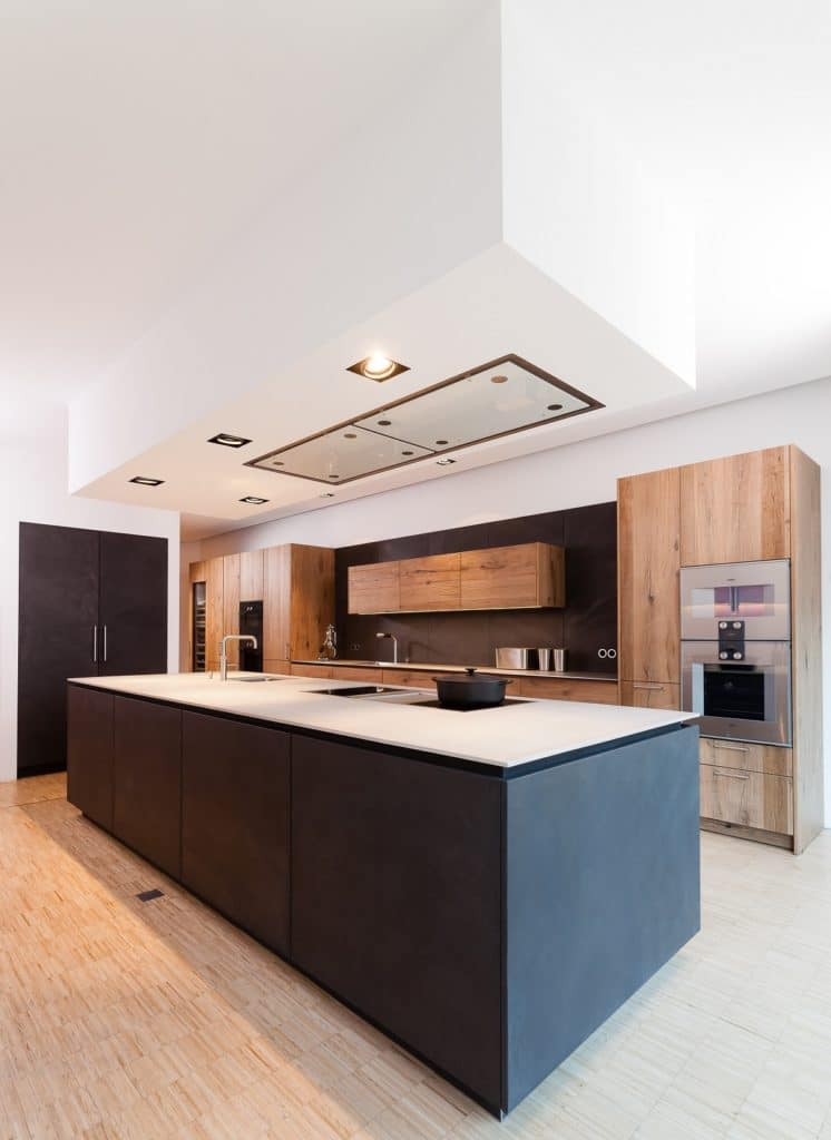 Lassen Sie die Wandfarbe in der Küche ebenso an das Gesamtbild anpassen wie Rückwandnische und Fronten. (Foto: Lang Küchen&Accessoires)
