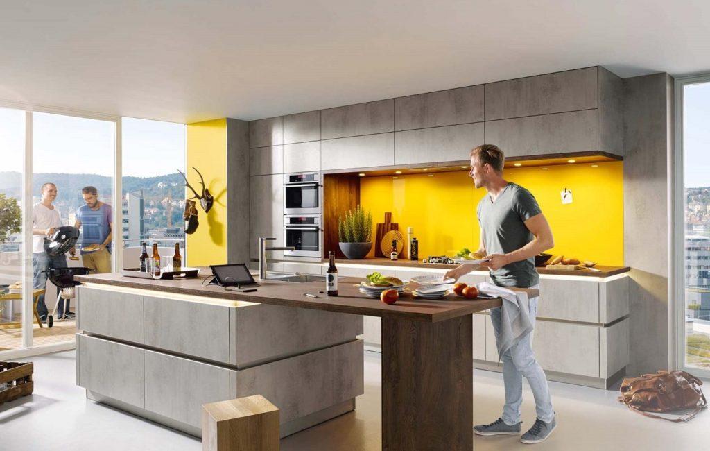 """Die offizielle Farbe des Jahres ist """"Illuminating"""" (Gelb) und """"Ultimate Grey"""". Für Küchen eher schwierig zu kombinieren. (Foto: Schüller)"""