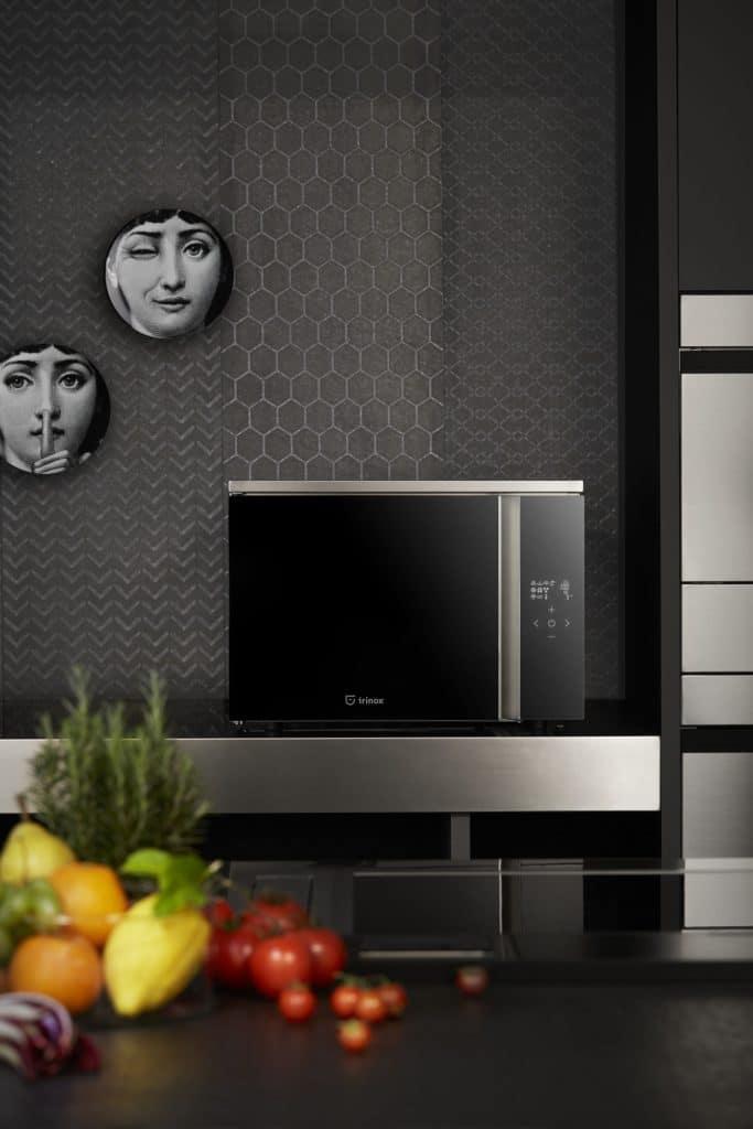 Die edle Schwarzglas-Variante mit griff- und knopffreier Oberfläche gibt es nicht nur für Einbaukühler FREDDY, sondern auch für FRESCO. (Foto: Irinox)