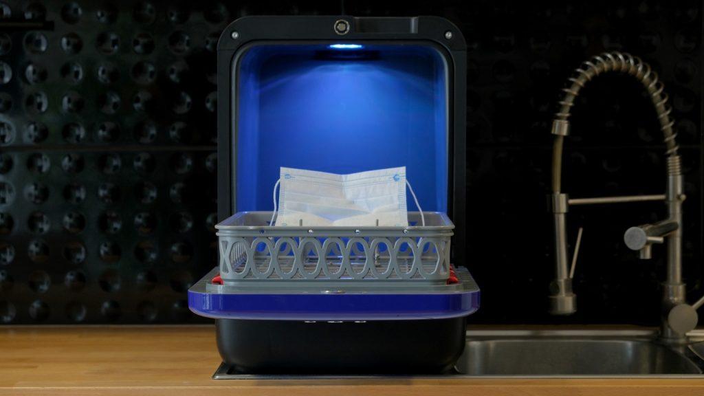 Dank eines speziellen UVC-Einsatzes können Masken, Schlüssel & Co. im Mini-Geschirrspüler Bob gereinigt werden. (Foto: Daan Tech)
