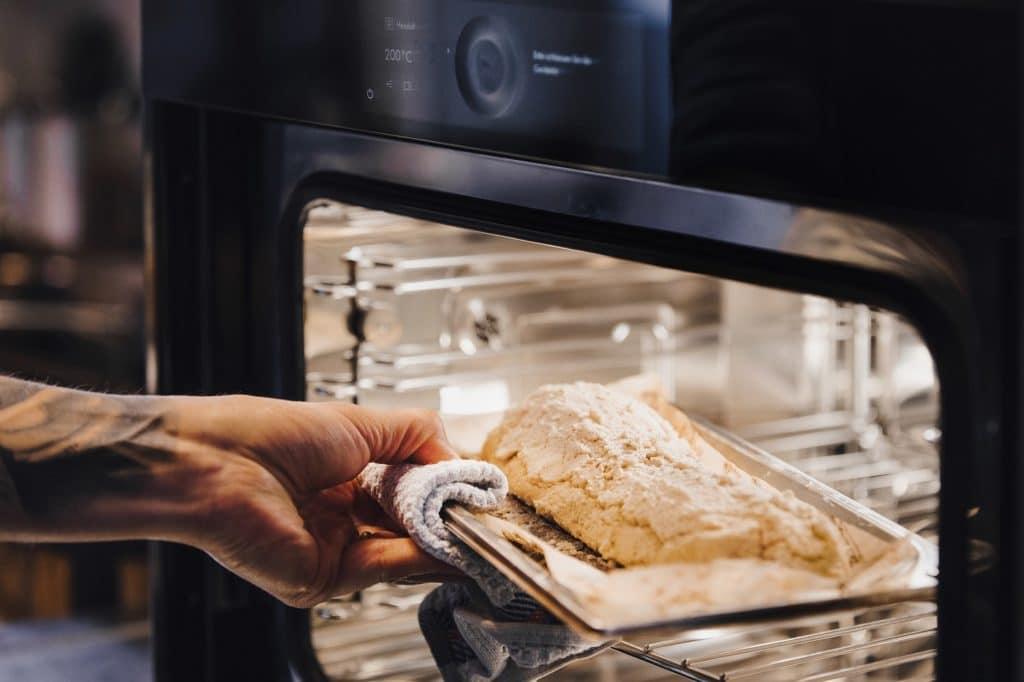 Kochen mit Dampf und Heißluft sorgt für ein sanftes Gar-Ergebnis mit rescher Kruste oder knuspriger Bräunung. (Foto: V-ZUG)