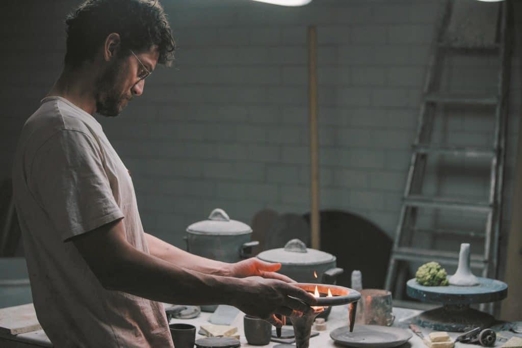 """Ein genialer Künstler in seiner eigenen Welt: """"Apparatu"""" vereint industrielles Design und traditionelles Keramikhandwerk. (Foto: Gaggenau)"""