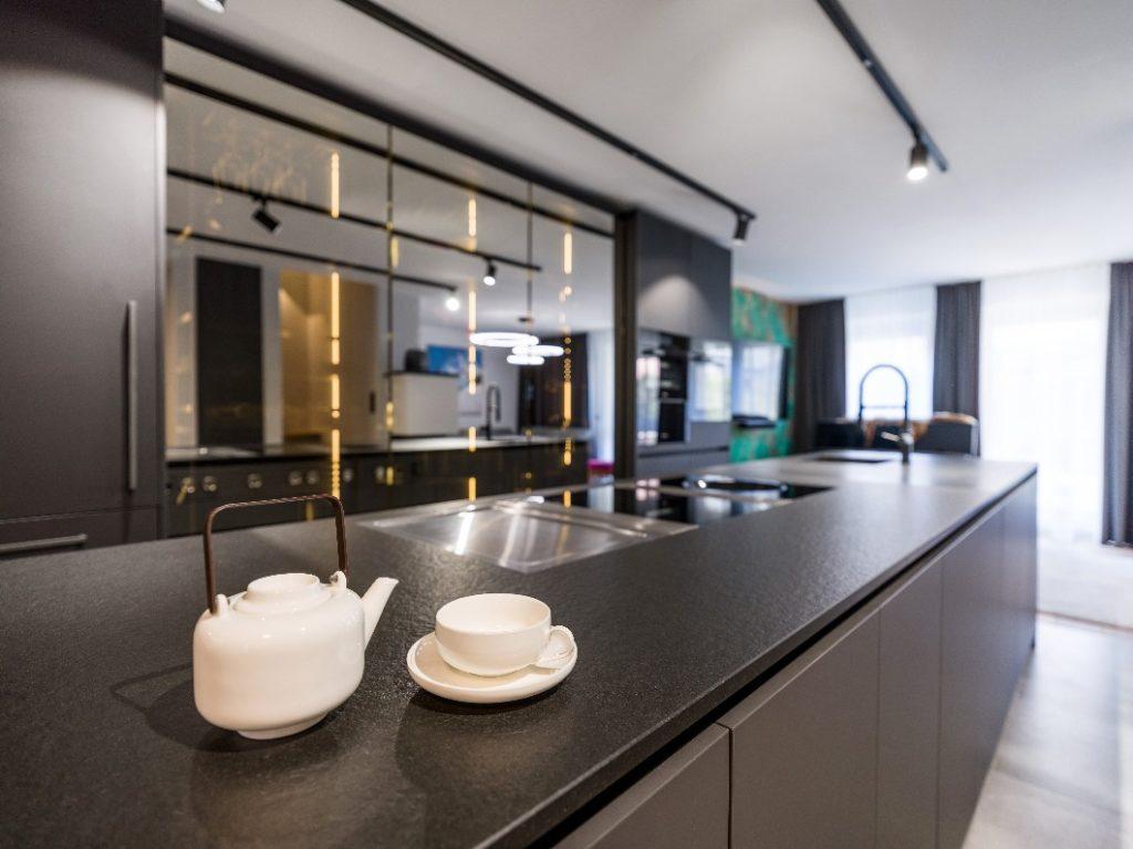 Zuhause bei Christina Steindl: schwarze eggersmann-Küche in Kirchberg, geplant von The Kitchen Club